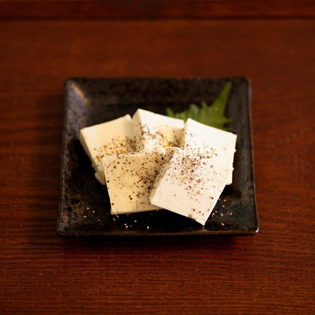 ブラックペッパーをふった木綿豆腐のぬか漬け